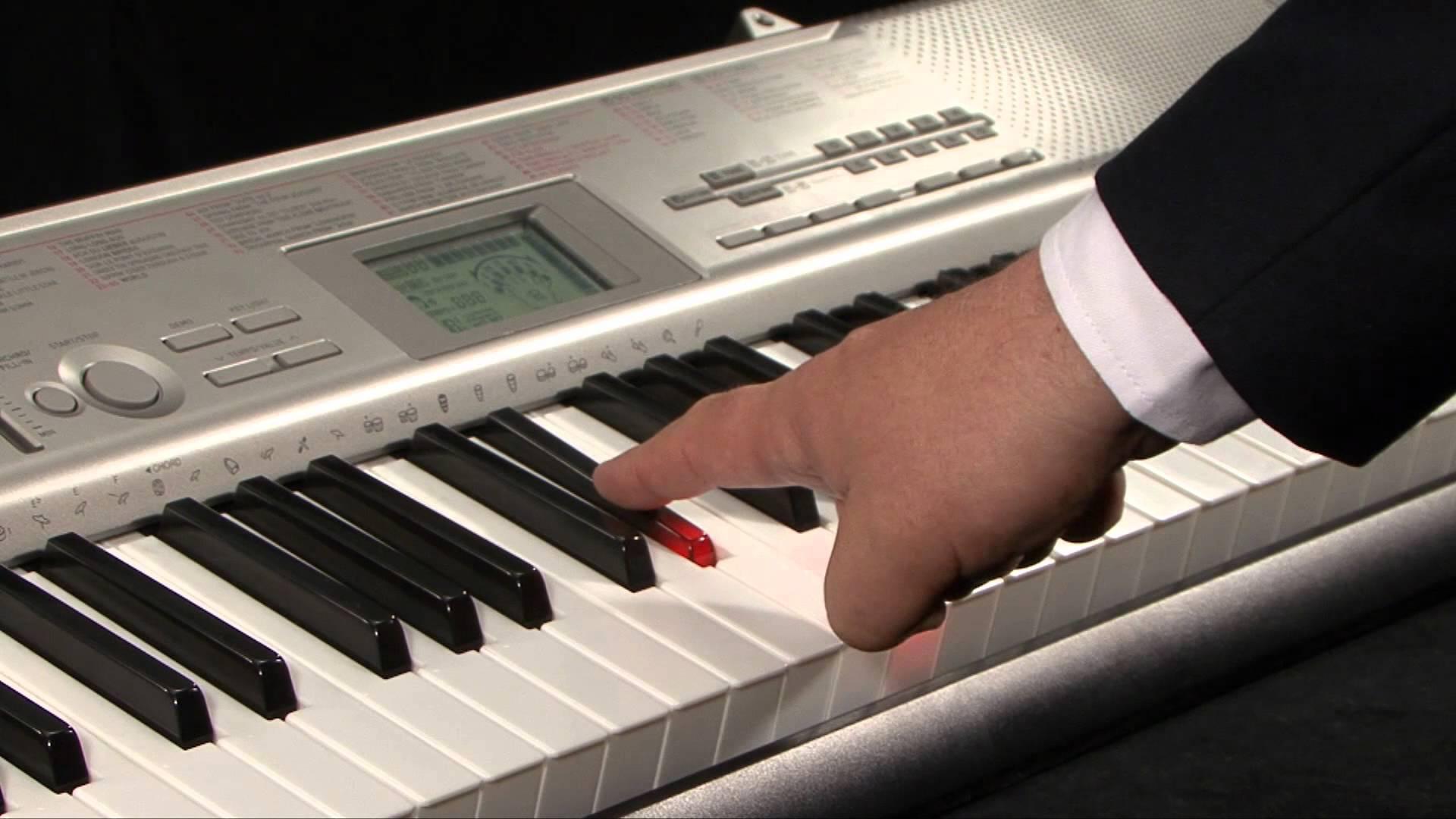 Đàn Organ Casio LK-120 có hướng dẫn 3 bước tự học dễ dàng với 61 phím kiểu piano có khả năng phát sáng, 100 âm sắc, 50 điệu nhạc và 100 bài nhạc mẫu