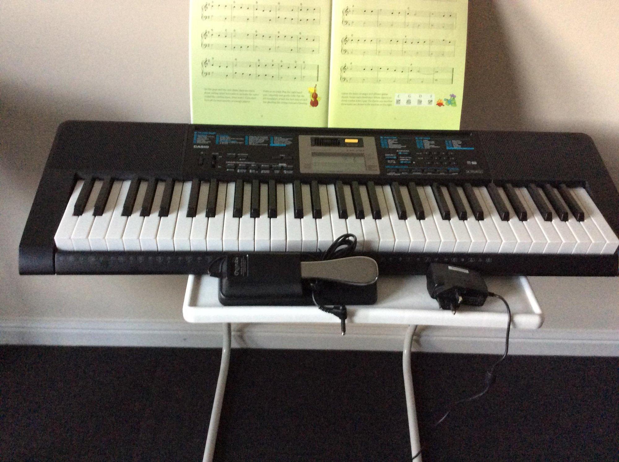 Đàn Organ Casio LK-170 có hướng dẫn 3 bước tự học dễ dàng với 61 phím kiểu piano có khả năng phát sáng, 400 âm sắc, 150 điệu nhạc và 110 bài nhạc mẫu