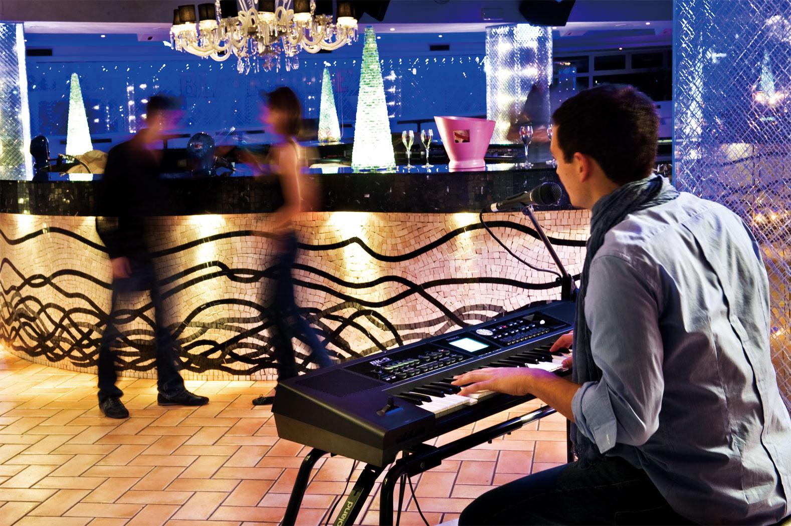 Đàn Organ Roland BK5 là một nhạc cụ hoàn hảo, giúp nhạc công chơi keyboard thay thế cho cả ban nhạc và đáp ứng được nhu cầu cho người sử dụng không chuyên