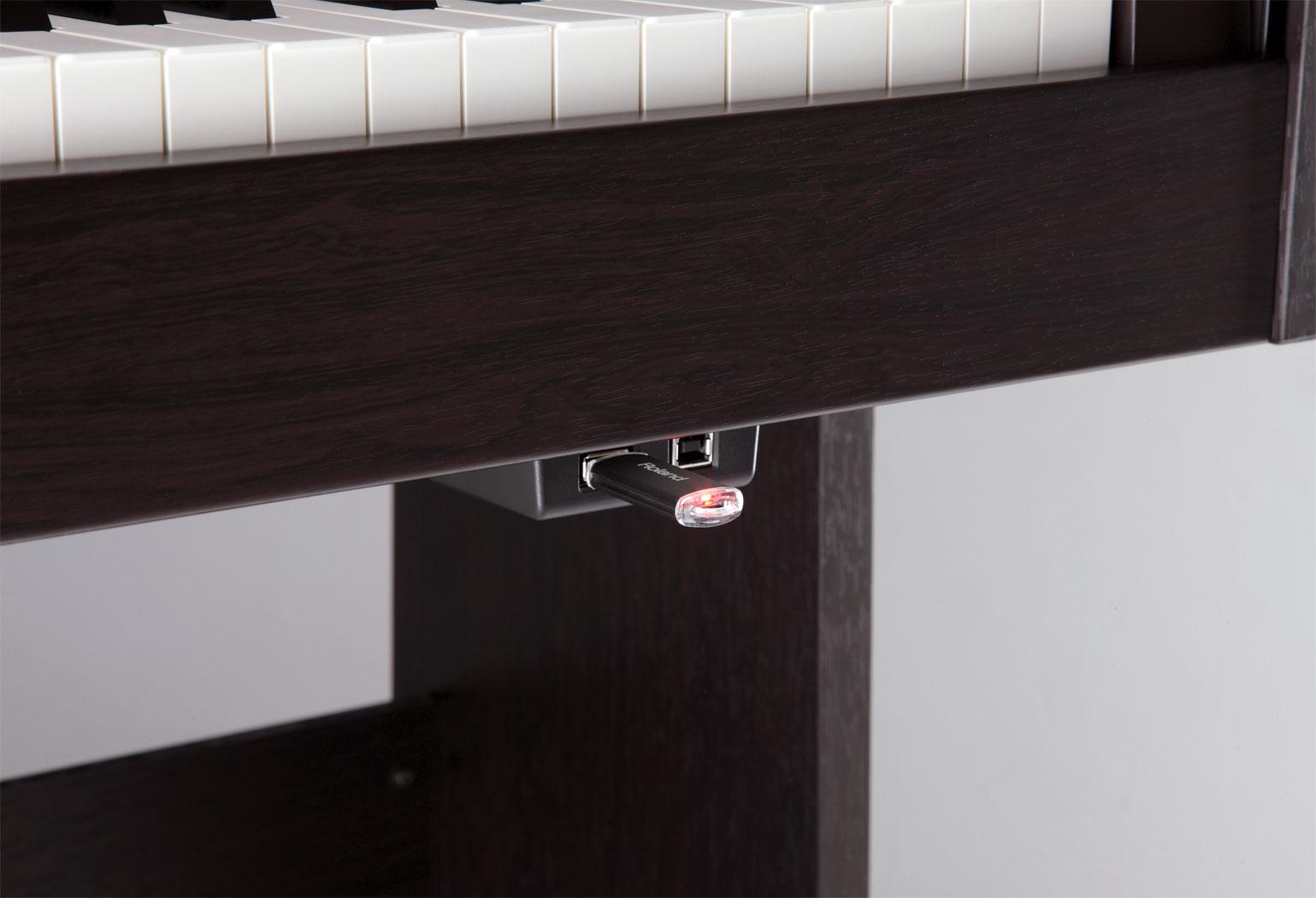 Đàn Piano Điện Roland RP301R với chất lượng piano sống động, trung thực, độ cảm ứng cao có khả năng kết hợp nhiều giai điệu khác nhau khi chơi trên phím đàn