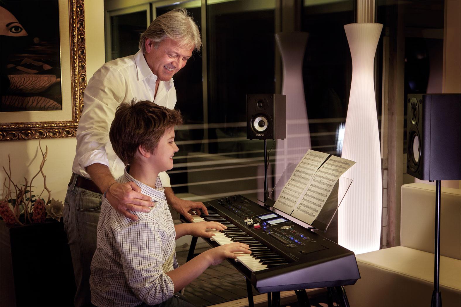 Đàn Organ Roland BK9 được trang bị 76 phím âm đàn âm thanh chất lượng cao và trọng lượng siêu nhẹ chỉ 9,4kg giúp dễ dàng mang theo bất cứ nơi nào bạn muốn chơi